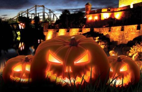 El parque temático sevillano Isla Mágica ha preparado unas jornadas terroríficas para celebrar Halloween. Los días 31 de octubre y 1 y 2 de noviembre, podrás disfrutar de pasacalles especiales, personajes de miedo y misteriosos espectáculos en un ambiente tenebroso, con telarañas, lápidas, murciélagos, calabazas…
