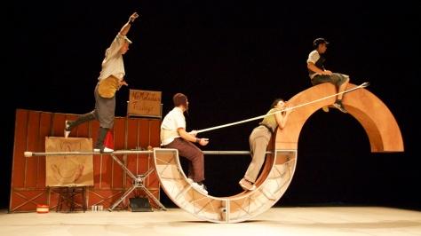 """En MÁLAGA nos vamos de teatro, la compañía VAIVÉN CIRCO presenta """"DO NOT DISTURB, NO MOLESTAR"""", un divertido espectáculo ambientado en una fábrica de trabajo de principios del siglo veinte en la que, cuatro personajes de lo más peculiares, intentarán construir una rueda, combinando diferentes piezas. No os lo perdáis, el domingo 21 de diciembre en el Teatro ECHEGARAY a las once de mañana o la una de la tarde."""