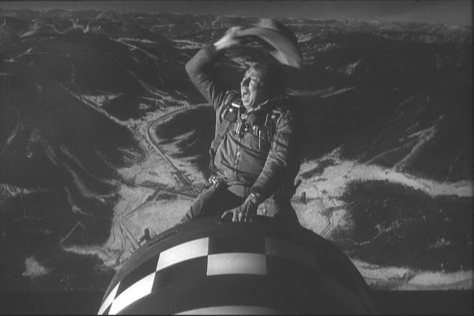 """En JAÉN, tenemos este fin de semana la proyección de la película """"¿TELÉFONO ROJO? VOLAMOS HACIA MOSCÚ"""", dentro del festival """"Comediánica"""". Una comedia negra, en la que un general convencido de que los comunistas están contaminando los EEUU, ordena un ataque aéreo nuclear sorpresa contra la Unión Soviética. La película se proyectara el sábado 20 de diciembre en Asociación Española Contra Cáncer, en el salón de actos a las 18.30h y a las 20.30h de la noche."""