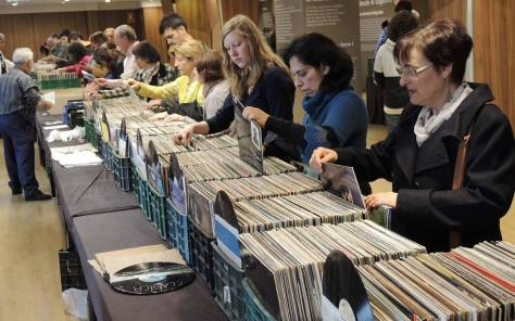 """La Feria del Disco en Granada tiene años de tradición. Si lo tuyo no sólo es escuchar la música, sino """"tocarla"""" – vinilos, cds, dvds – y además te interesas por la compra, venta y cambio, esta cita está hecha para ti."""