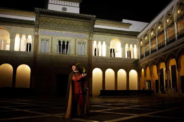La Compañía de Teatro Clásico de Sevilla, nos propone una visita guiada, mediante una serie de acciones escénicas dentro del Real Alcázar.
